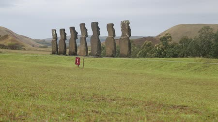 archeologie : in chile rapa nui the antique and mysteriuos muai statues symbol of an ancien culture