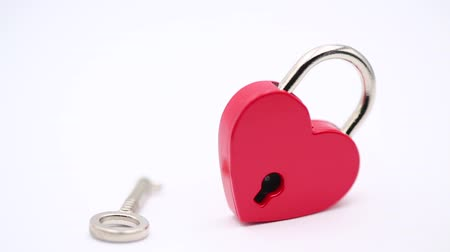 buraco de fechadura : in the white background and copy space the love padlock like concept of symbol and romantic