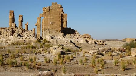 столбцы : in africa sudan sole the antique temple of the black pharaohs in the middle of the desert Стоковые видеозаписи