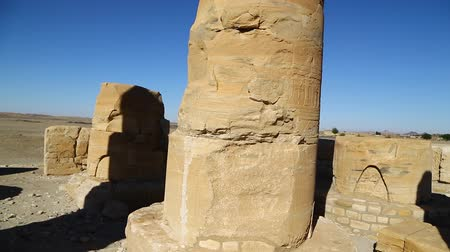 oszlopsor : in africa sudan sole the antique temple of the black pharaohs in the middle of the desert Stock mozgókép