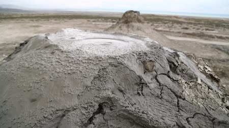 kaukázus : in azerbaijan the volcanic land and the liquid boiling mud