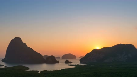 baía : 4K Timelapse of sunrise over the mountain, Samet nang she, Phangnga, Thailand Vídeos