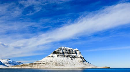 vodopád : 4K Time lapse of Kirkjufell moutain view from coastline, Iceland