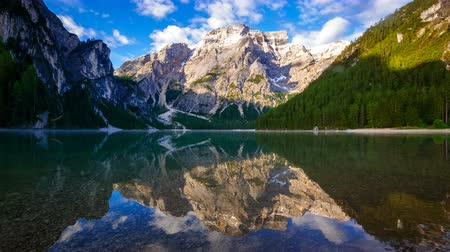 bariéra : 4K Time lapse of Braies Lake at sunrise, Dolomites mountains, Sudtirol, Italy Dostupné videozáznamy