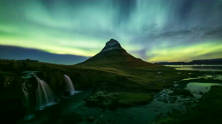 fenomen : 4K Time lapse of Aurora Borealis (Northern lights) over Kirkjufell mountain, Iceland Stok Video