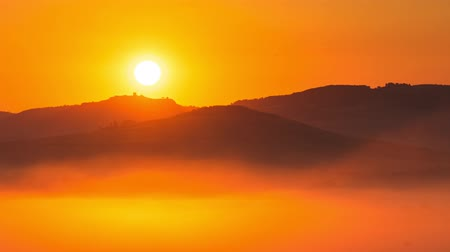 toskánský : 4K Time lapse of sunrise at misty morning, Tuscany, Italy (Pan&Tilt shot)