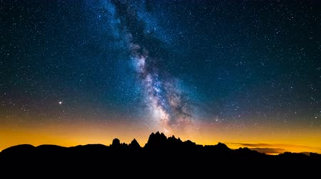 astro : 4K Timelapse of Mliky way over the Alps Mountain, Dolomites, Italy