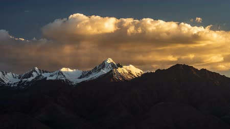 himalája : 4K Timelapse of mountain peak at sunset, Leh, Ladakh, India