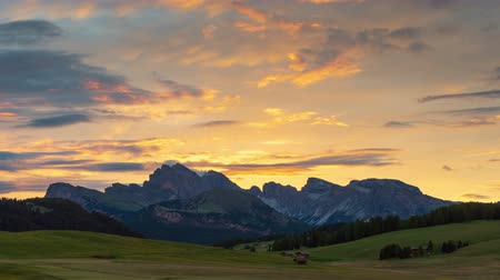 dolomit : 4K Time lapse of Seiser Alm at sunset, Dolomites, Italy Stok Video