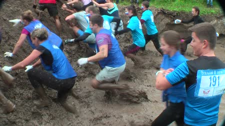 гонка : Tyumen, Russia - August 8, 2015: Steel Character command extrim race project on Krugloe lake and Gagarin park. Stage mud hole Стоковые видеозаписи