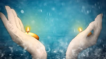 kapička : Two hands holding candles, water droplets  Dostupné videozáznamy