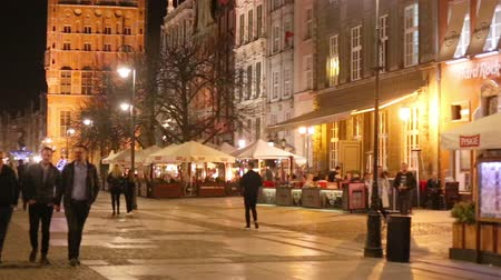 восстановлено : GDANSK, Poland - APRIL 21, 2018: view of the long walking street, a popular destination for tourism due to its beautifully restored old town. Night city