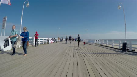 túmulo : Sopot, Poland - April 20, 2018: tourists at the Pier in Sopot (Sopockie Molo). Famous polish touristic attraction, 4k Stock Footage