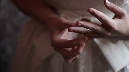 носить : Bride put on ring on a finger closeup Стоковые видеозаписи