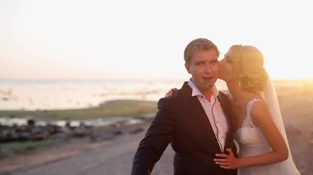 csókolózás : Bride and groom at the beach at sunset