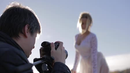 стрельба : Man taking photo with professional camera of bride