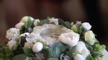 Wedding rings at ceremony in flowers Stock mozgókép