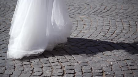 подвенечное платье : Bride in white dress circling in a city slowmotion