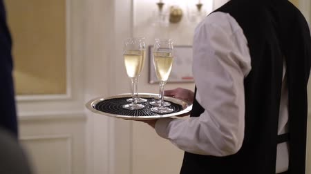 официант : Waiter holding plate with glasses of champagne at the party