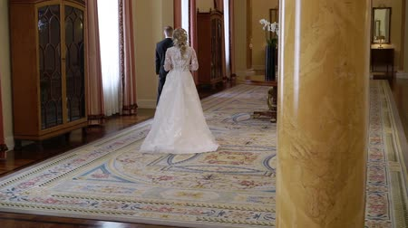 coming : Bride comes to groom in palace indoors