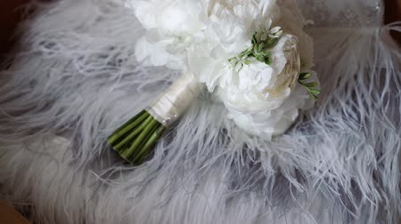 piwonie : Bridal bouquet with white peonies and wedding dress