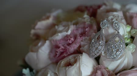 серьги : Earrings and bouquet with roses closeup