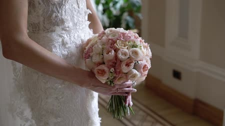 ficando : Young bride posing with flowers indoors Stock Footage