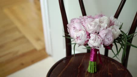 piwonie : Bouquet with pink peonies indoors Wideo