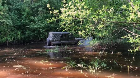 kladkostroj : Off-road car driving in swamp