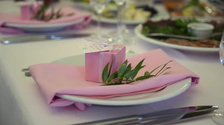 tablo : Festive wedding table setting with pink flowers, napkins, glasses and pink box table decor.