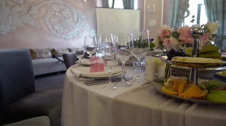 masa örtüsü : Festive wedding table setting with pink flowers, napkins, glasses and pink box table decor.