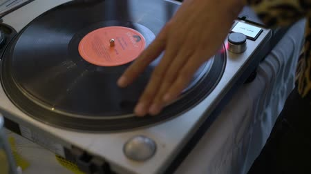 винил : SAINT-PETERSBURG, RUSSIA - AUGUST 11, 2018: Music from vinyl. Hands DJ mixing music at the club during the event at day