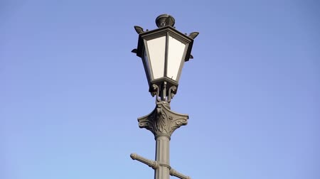 sokak lâmbası direği : Retro vintage street lamp lantern in a city at sunny day Stok Video
