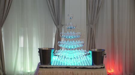 аперитив : Pyramid of glasses of wine or champagne at the party indoors Стоковые видеозаписи