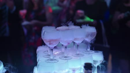 şarap kadehi : Pyramid of glasses of wine or champagne at the party indoors Stok Video