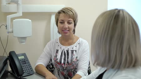 rezonans magnetyczny : Dental X-Ray Scanner and woman Patient consultation