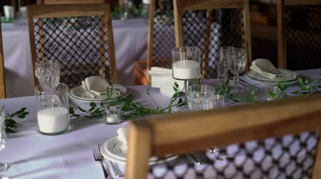 szépen : Banquet decorated table, with cutlery. Wedding decor in the banquet hall. Serving of a festive table, plate, napkin, knife, fork. Table setting decoration. Romantic Dinner or other events - wedding, anniversary, birthday.