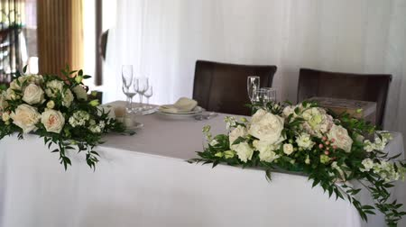 garfos : Banquet decorated table, with cutlery. Wedding decor in the banquet hall. Serving of a festive table, plate, napkin, knife, fork. Table setting decoration. Romantic Dinner or other events - wedding, anniversary, birthday.