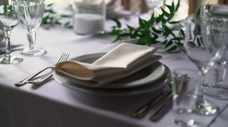 toalha de mesa : Banquet decorated table, with cutlery. Wedding decor in the banquet hall. Serving of a festive table, plate, napkin, knife, fork. Table setting decoration. Romantic Dinner or other events - wedding, anniversary, birthday.