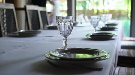 formální : Banquet decorated table, with cutlery. Wedding decor in the banquet hall. Serving of a festive table, plate, napkin, knife, fork. Table setting decoration. Romantic Dinner or other events - wedding, anniversary, birthday.