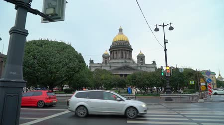 st isaac's cathedral : SAINT-PETERSBURG, RUSSIA - SEPTEMBER 22, 2018: St. Isaacs Cathedral on St. Isaacs Square in Saint-Petersburg at rainy day in summer or autumn Stock Footage