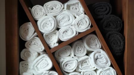 dobrado : Close-up of rolled up hotel bathroom towels. In hotel, bathroom, salon or spa hairdresser. Vídeos