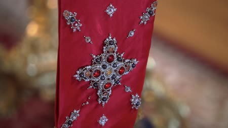 rahip : Altar in church. Christianity religion red scarf
