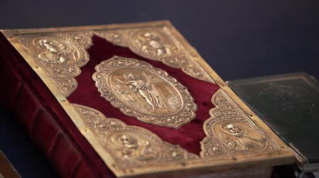 евангелие : Bible book in church on table