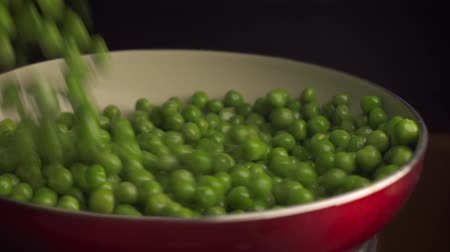 ervilhas : Green peas falling into red pan Vídeos