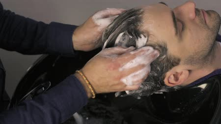 şampuan : Male hands washing mans hair