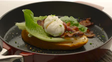 бекон : Poached egg with bacon on bread,