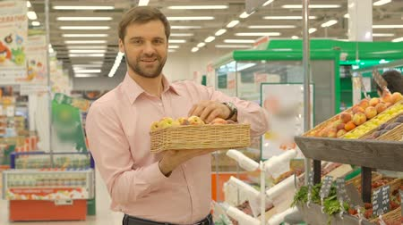 супермаркет : Man buying fresh fruit at the supermarket Стоковые видеозаписи