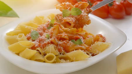 massa : Hot Pasta with tomato Sauce, Parmesan Cheese and Basil on a Spoon