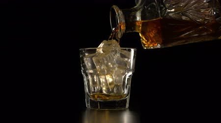 whisky : Cristallo decanter e vetro con whisky Filmati Stock